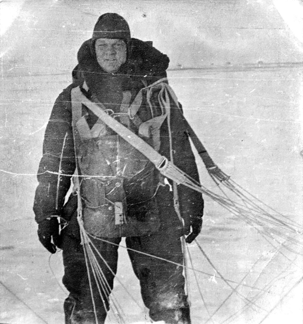 Участник Великой Отечественной войны Н.С. Сыщиков после прыжка с парашютом. 30 марта 1941 г.