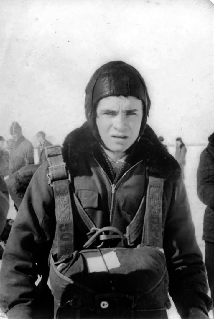 А.В. Мельников перед прыжком с парашютом с самолета АН-2 в авиаспортклубе. 1966 г.